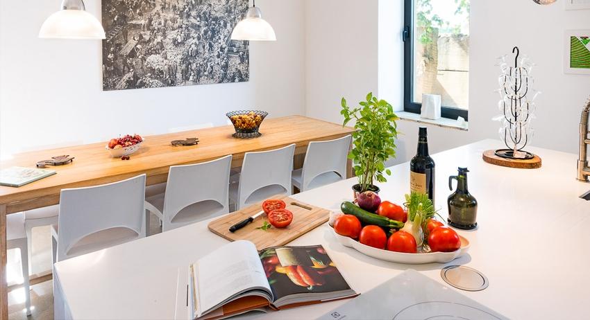 La cuisine - vaste et design.